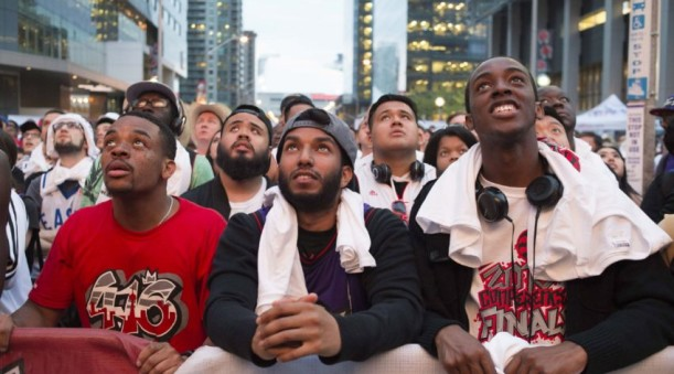 Raptors' fans watch playoff game outside arena (photo, The Star)